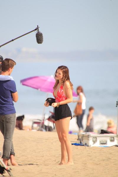 Ngày 19/4, cánh săn ảnh phát hiện nữ diễn viên xinh đẹp khi cô thực hiện những cảnh quay mới trên bãi biển Santa Monica