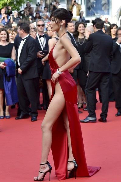 Người đẹp cao 1,74m diện bộ váy hở bạo chưa từng thấy
