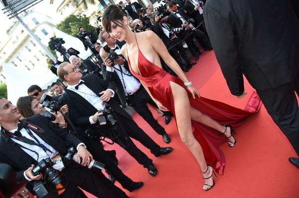 Chiếc váy xẻ tứ bề màu đỏ là 1 trong những bộ váy hở bạo nhất tại LHP Cannes năm nay
