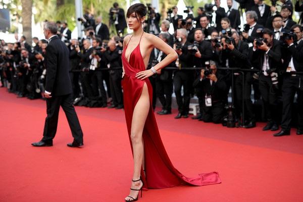 Từ đầu LHP Cannes, đã có nhiều bộ váy được trưng nhưng có lẽ chưa có bộ cánh nào táo bạo đến thế này