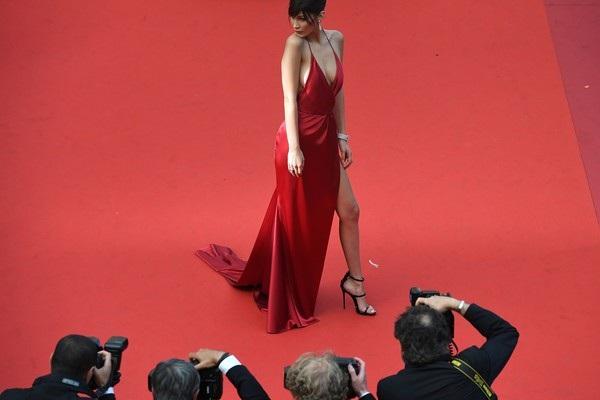 Chiếc váy hở bạo nhất tại LHP Cannes! - 13
