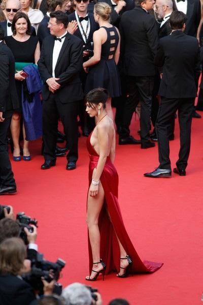 Chiếc váy hở bạo nhất tại LHP Cannes! - 15