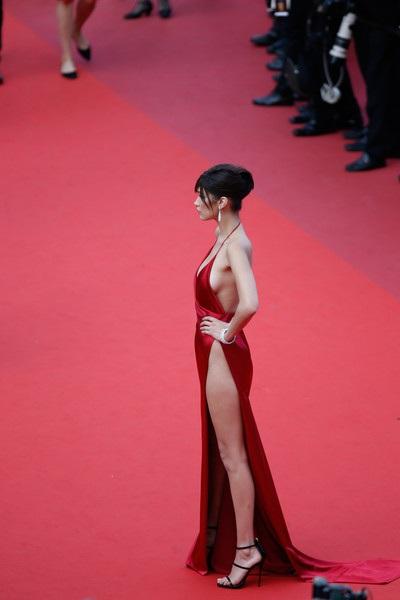 Chiếc váy hở bạo nhất tại LHP Cannes! - 17