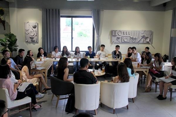 """Quang cảnh buổi Coffee Talk đầu tiên trong chuỗi Hội thảo nghề nghiệp do tổ chức phi lợi nhuận """"truyền lửa du học"""" VietAbroader tổ chức."""