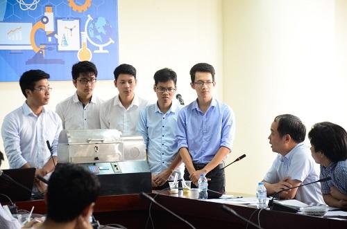 Các sinh viên bảo vệ đề tài nghiên cứu của mình trước Hội đồng giám khảo