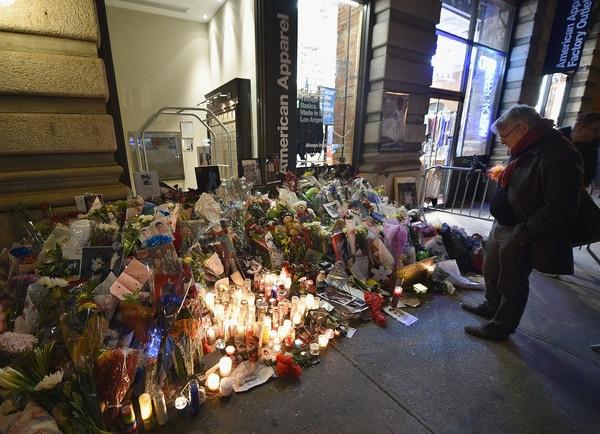 Fans đặt hoa tưởng niệm trước nhà của David Bowie tại New York khi nghe tin ông qua đời.