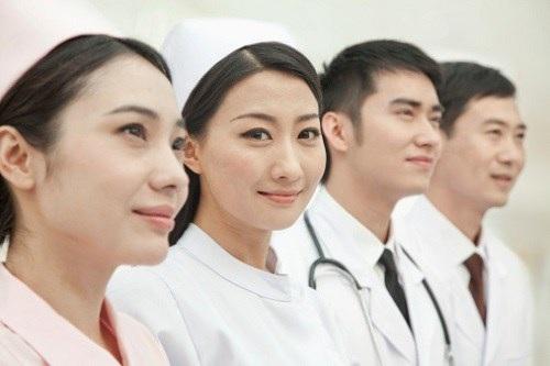 Nên chọn nghề bác sĩ hay điều dưỡng viên? - 1