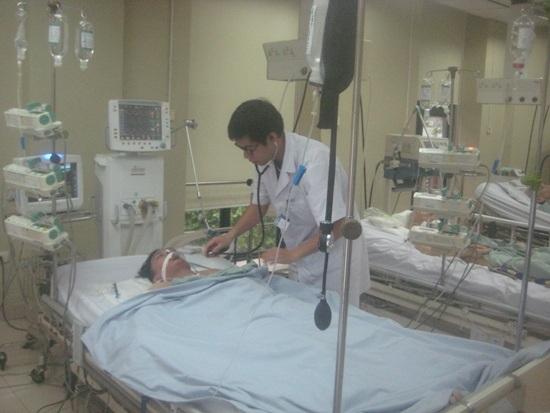 BS Nguyễn Đức Toàn, khoa Hồi sức tích cực và chống độc, Bệnh viện Hữu nghị, đang theo dõi điều trị cho bệnh nhân Bùi Công Hiệp.