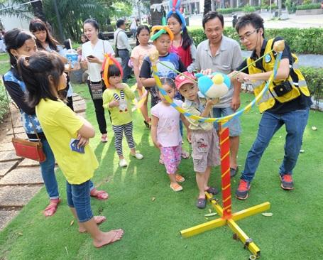 Các trò chơi tại Ngày hội được nhiều bé thích thú và nhiệt tình tham gia.