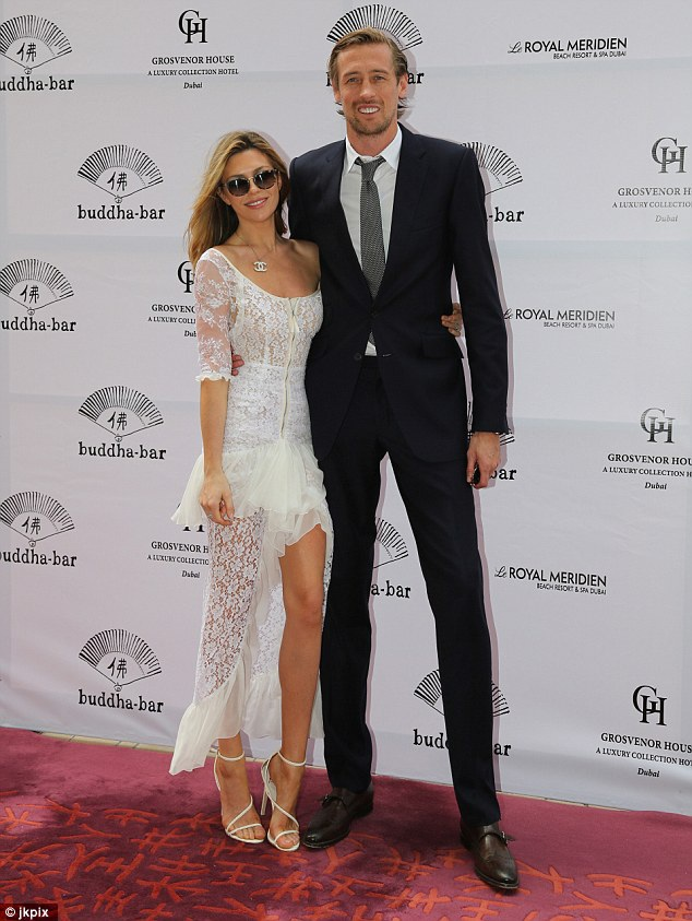 Siêu mẫu Abbey Clancy và chồng - cầu thủ bóng đá Peter Crouch nổi bật trong sự kiện tại Dubai ngày 26/3 vừa qua. Người đẹp cao 1,75m đẹp đôi bên chồng