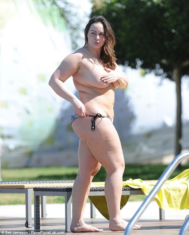 Chanelle Hayes đang tận hưởng kỳ nghỉ tại Tây Ban Nha, cô bị thợ săn ảnh bắt gặp khi đang cởi áo tắm tắng