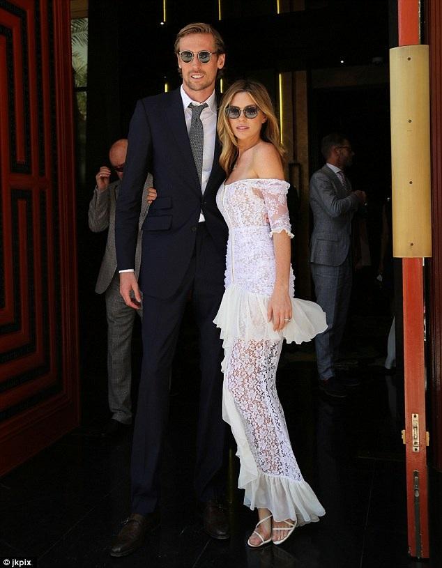 Người đẹp 30 tuổi rạng rỡ khi hộ tống chồng tham dự sự kiện này
