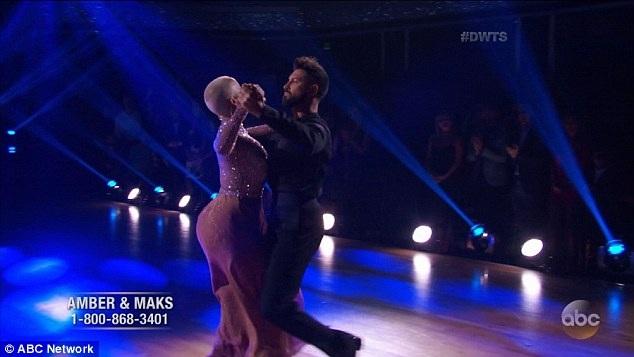 Vũ công chuyên nghiệp Maksim Chmerkovsky là bạn nhảy của người đẹp 33 tuổi. Maksim thừa nhận rất quý mến Amber