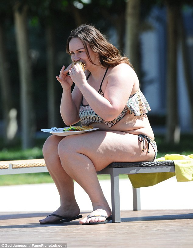 Người mẫu 28 tuổi ăn uống rất vô tư thoải mái...