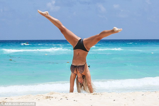 Chloe trổ tài trình diễn Yoga trên bãi cát