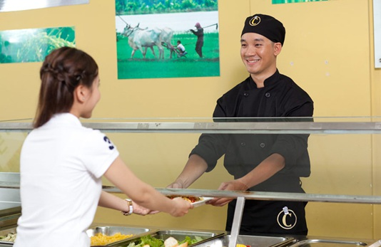 Với học sinh trung học, phong cách phục vụ trong các bữa ăn cũng rất quan trọng.
