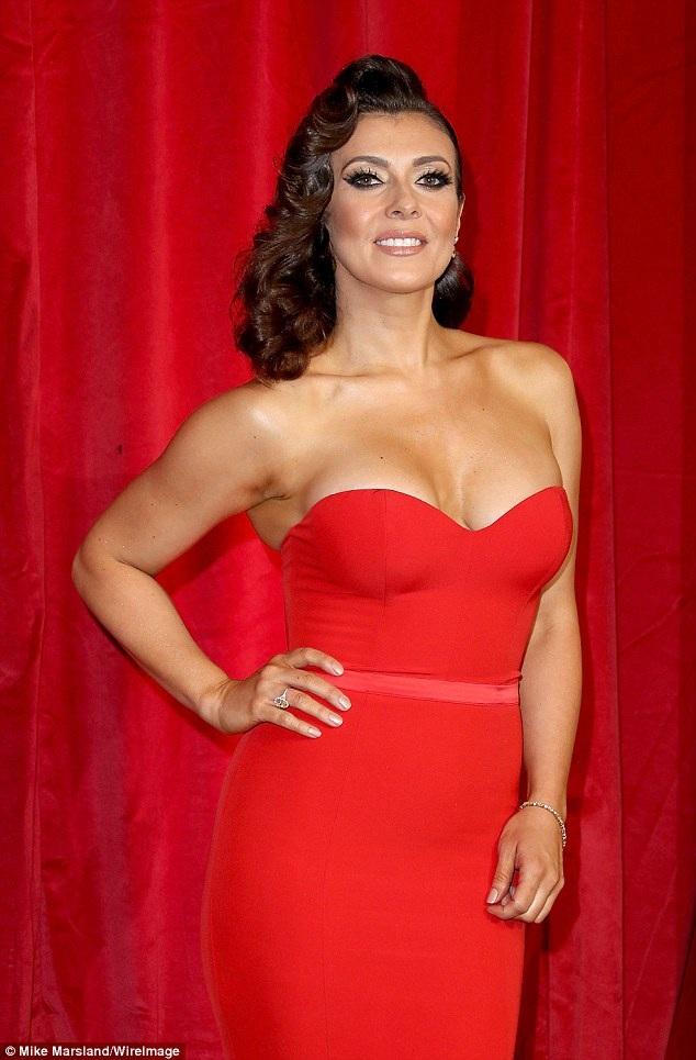 Kym Marsh, 40 tuổi rực rỡ trong chiếc váy đỏ hở bạo.