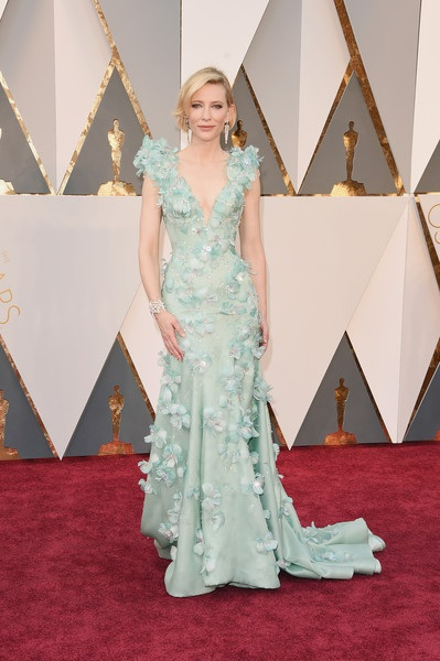 Cate Blanchett kiêu sa trên thảm đỏ lễ trao giải Oscar 2016