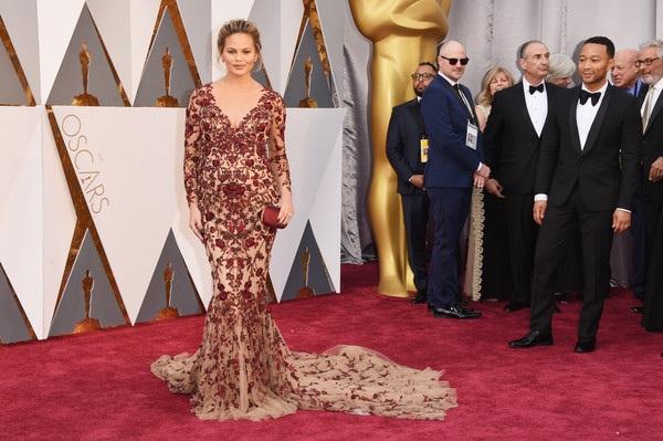 Người đẹp Chrissy diện váy Marchesa - đeo nữ trang Lorraine Schwartz