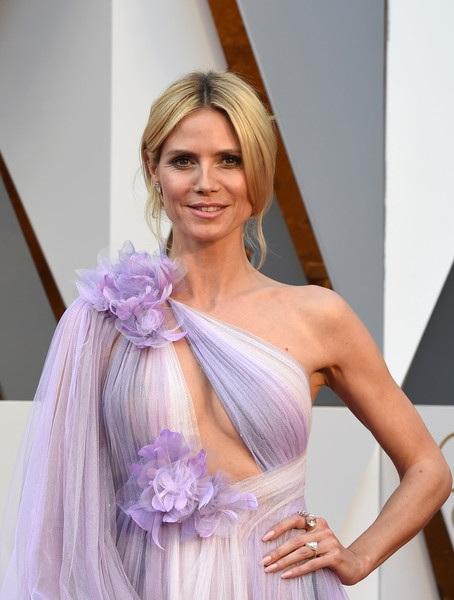Heidi diện váy Marchesa và đeo nữ trang Lorraine Schwartz