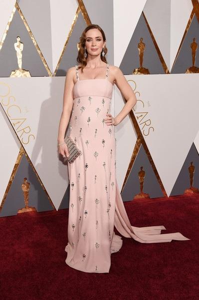 Emily diện váy hồng của Prada
