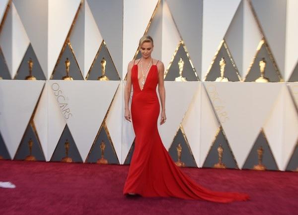 Charlize Theron kiêu sa trên thảm đỏ