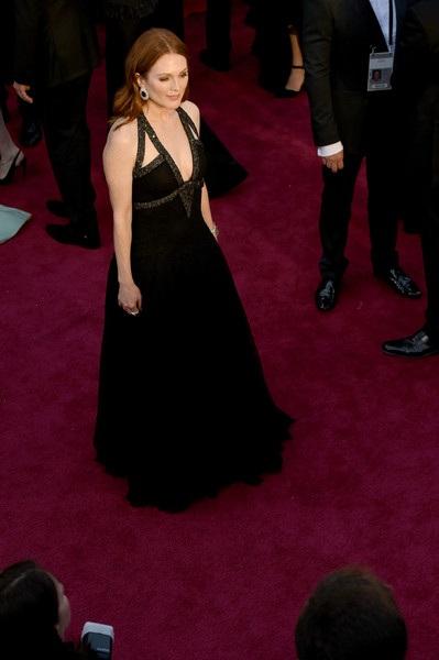 Julianne Moore trẻ đẹp ngỡ ngàng với váy Chanel