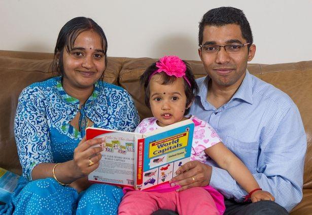 Bé Rakshitha Kumar, 2 tuổi, và bố mẹ.