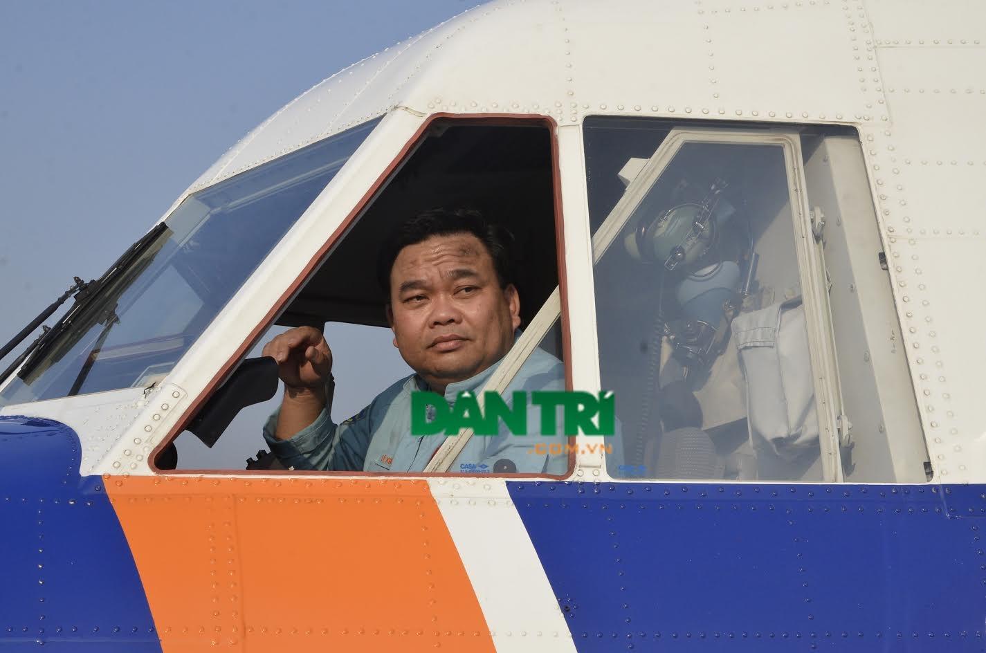 Hình ảnh Đại tá Lê Kiêm Toàn trên buồng lái của máy bay CASA 212 trong đợt tìm kiếm máy bay MH370 năm 2014 (Ảnh: Đình Thảo)