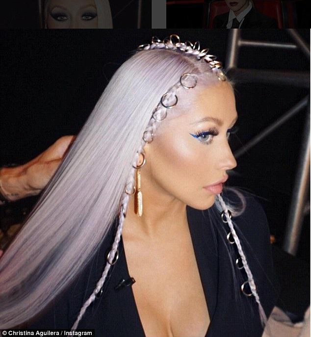 Nữ ca sỹ nổi tiếng với ca khúc Vị thần trong chai liên tục thay đổi hình ảnh và còn bị nghi ngờ phẫu thuật thẩm mỹ...