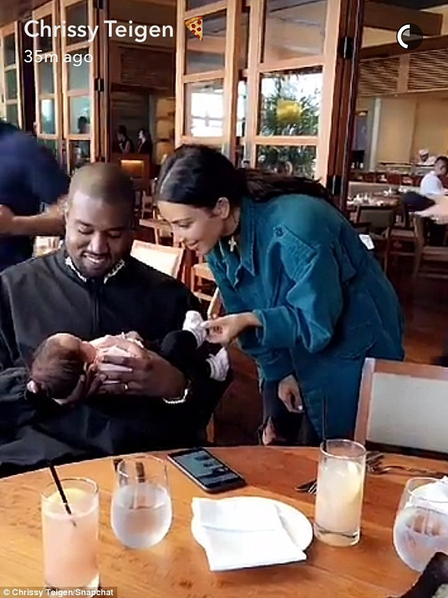 Chrissy Teigen khoe ảnh Kanye và Kim cưng nựng con gái cô - bé Luna