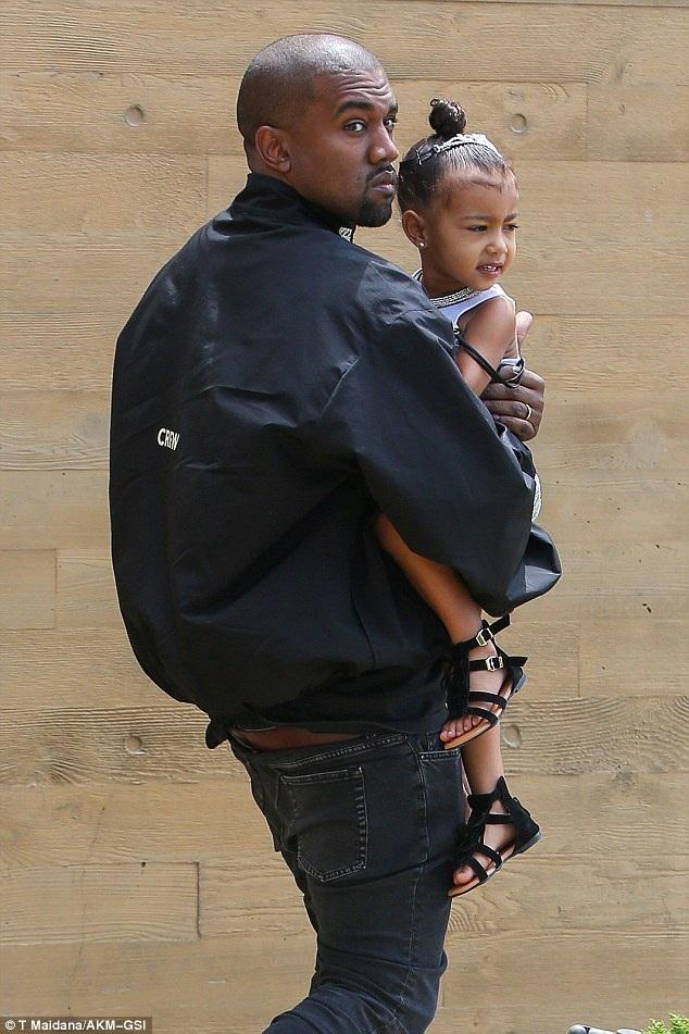 Kanye West bế con gái cưng North