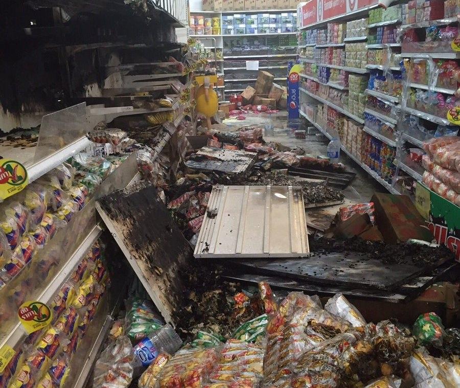 Một cửa hàng bị cháy sau vụ nổ. (Ảnh: Twitter)