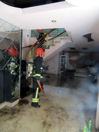 Cảnh sát PCCC phải đập cửa kính để chữa cháy (Ảnh: Thu Hằng)