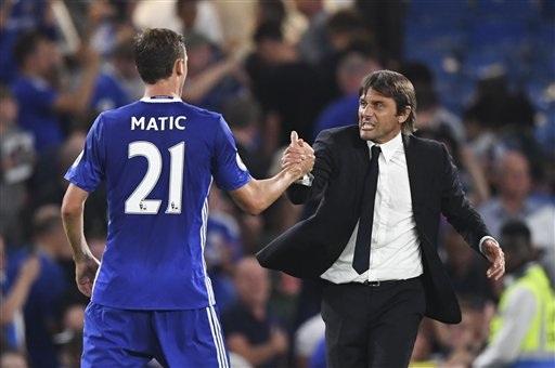 Conte ăn mừng cùng Matic sau chiến thắng trước West Ham ở vòng 1