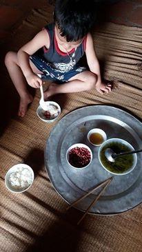 Cơm chỉ có canh và lạc rang nhưng bé Lê Đăng Thành (3 tuổi) vẫn ăn ngon lành