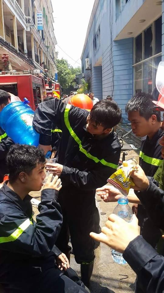 Lính cứu hỏa sau nỗ lực dập lửa