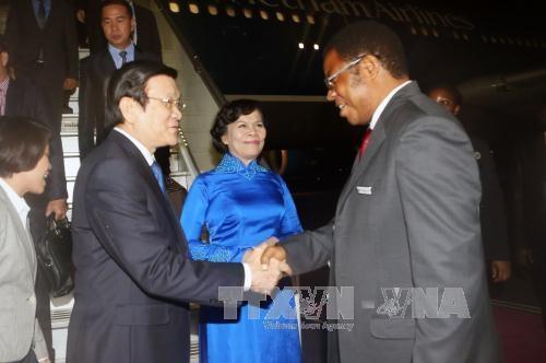 Bộ trưởng Ngoại giao, hợp tác Quốc tế, khu vực và Đông Phi Tanzania đón Chủ tịch nước Trương Tấn Sang và Phu nhân tại sân bay. Ảnh: Nguyễn Khang – TTXVN