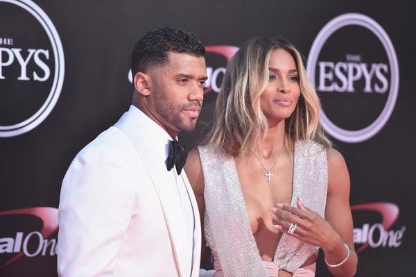 Cầu thủ bóng bầu dục Russell Wilson đưa vợ mới cưới Ciara dự lễ trao giải ESPY diễn ra tại nhà hát Microsoft ở Los Angeles ngày 14/7