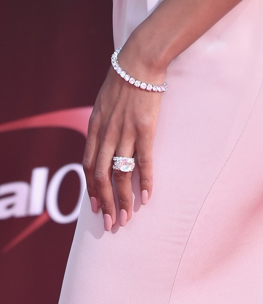 Trước đó cầu thủ 27 tuổi đã mua chiếc nhẫn đính hôn hơn 2 triệu đô để ngỏ lời cầu hôn bạn gái