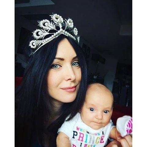 Cựu hoa hậu hoàn vũ rất hạnh phúc khi lên chức mẹ, cô thường xuyên khoe ảnh con gái nhỏ trên trang cá nhân