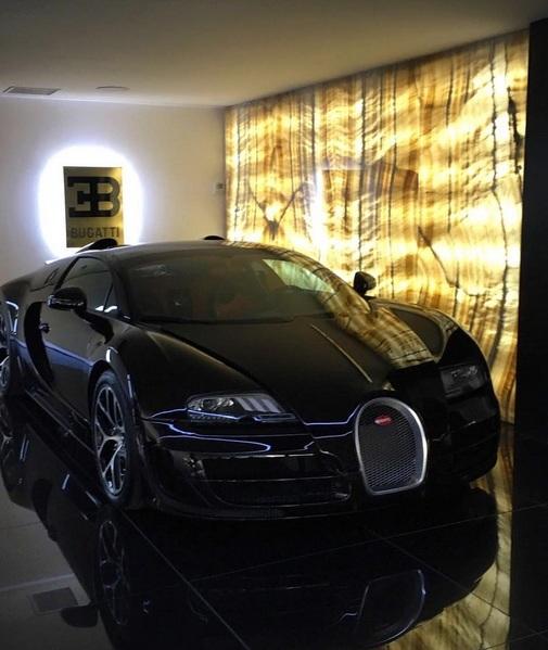 Cristiano Ronaldo khoe xe Bugatti Veyron mới mua - 3