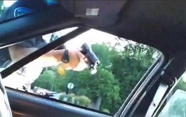 Cảnh sát chĩa súng sau khi bắn chết một người da đen ở Minesota. (Ảnh: Telegraph)