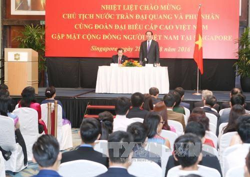 Chủ tịch nước Trần Đại Quang cùng Phu nhân và Đoàn đại biểu cấp cao Việt Nam gặp mặt thân mật cộng đồng người Việt Nam đang sinh sống, lao động và học tập tại Singapore (Ảnh: Nhan Sáng-TTXVN)