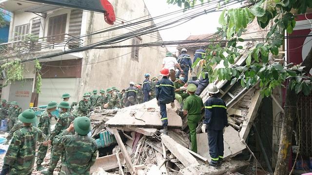 Hơn 3h, ngày 4/8, căn nhà 4 tầng số 43 Cửa Bắc bất ngờ bị sập (Ảnh Nguyễn Dương)