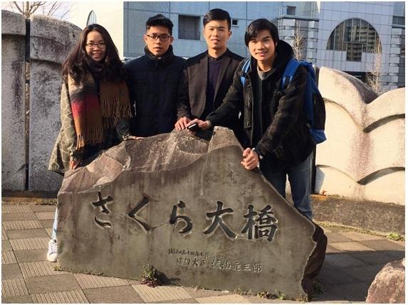 """Các thí sinh Việt Nam được người dẫn đoàn tại Nhật đưa đi thăm """"xứ sở hoa anh đào"""" sau cuộc thi."""