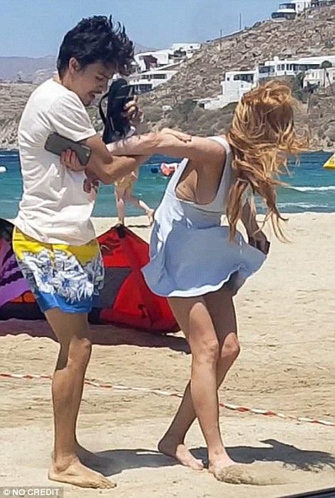 Nữ diễn viên Hollywood thừa nhận đây không phải lần đầu bạn trai kém cô 7 tuổi có những hành động như thế này với cô. Chuyện sẽ thường xảy ra mỗi khi Tarabasov say xỉn