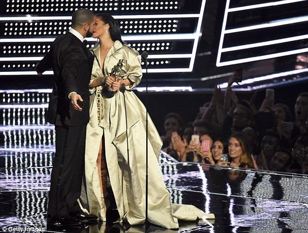 Rihanna được Drake ca tụng hết lời khi lên nhận giải thưởng danh dự của lễ trao giải VMA diễn ra cách đây ít ngày