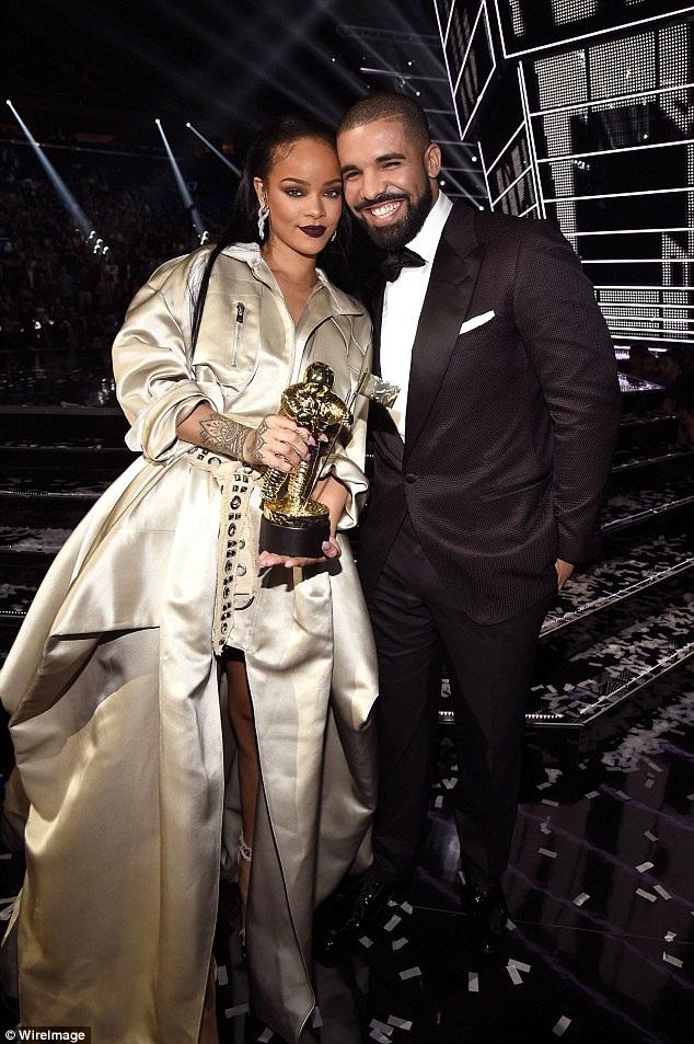 Nam ca sỹ đẹp trai nói trước đám đông rằng: Rihanna là người tôi đã yêu từ năm 22 tuổi.