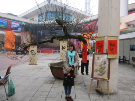 Rất nhiều người tham gia hội chợ bị thu hút bởi cây đào độc đáo và quý hiếm này.